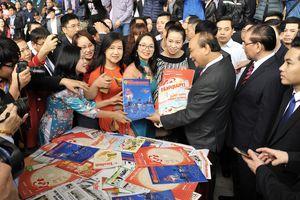 Thủ tướng Nguyễn Xuân Phúc thăm gian triển lãm báo chí ngành Tài chính