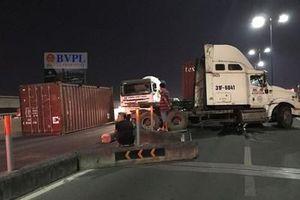 Xe container nổ lốp, tông loạn xạ trên cầu Sài Gòn