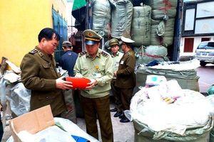 2,5 tấn quần áo, mỹ phẩm rởm bị bắt giữ trên đường tuồn vào nội địa