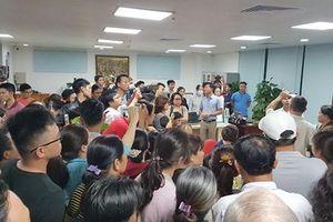 Hàng trăm người dân bao vây trụ sở công ty BĐS yêu cầu trả sổ đỏ