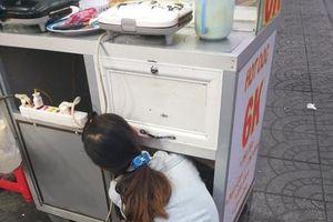 Chạnh lòng hình ảnh em bé nằm ngoan ti sữa trong xe đẩy hàng cho mẹ mưu sinh