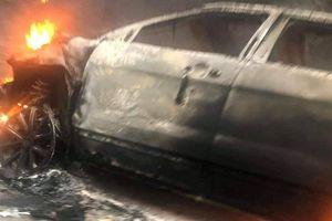 Ô tô 7 chỗ bốc cháy trơ khung sau cú va chạm với xe bán tải