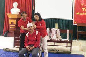 Hội Chữ thập đỏ tỉnh Bắc Giang tặng dụng cụ, vật tư y tế cho 11 điểm sơ cấp cứu