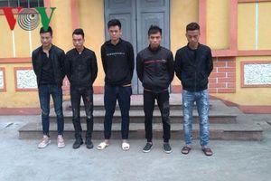 Nam thanh niên bị côn đồ cầm dao truy sát trong quán bi-a