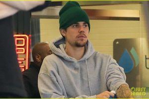 Justin Bieber mặc đồ 'chẳng giống ai' ra phố sau khi điều trị trầm cảm