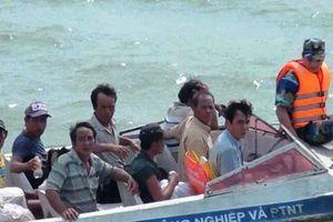 Bộ đội biên phòng Bến Tre cứu 8 ngư dân thoát chết trên biển