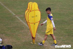 Quang Hải chấn thương, buồn bã đứng ngoài nhặt bóng cho đồng đội