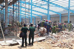 Sập tường nhà xưởng đang xây làm 6 người chết