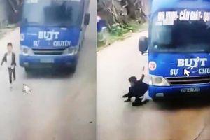 Clip: Bé trai thoát chết thần kỳ nhờ cú bẻ lái của tài xế xe buýt