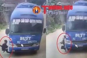 Nghệ An: Sang đường không quan sát, bé trai may mắn thoát chết