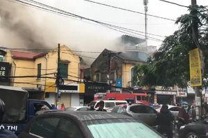 Cột khói nghi ngút sau vụ cháy khách sạn ở Hải Phòng