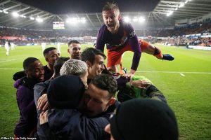 Ngược dòng nghẹt thở trước Swansea, Man City vào bán kết FA Cup