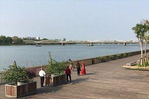 Tượng người đàn ông cúi đầu: Sẽ hạ chiều cao và đặt bên sông Hương?