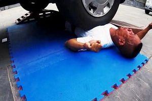 Võ sư Quảng Ninh xác lập kỷ lục khi cho ô tô 16 chỗ cán qua người