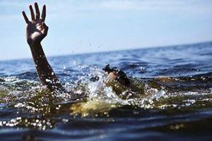 Không biết bơi, 3 cháu bé rủ nhau đi tắm rồi bị đuối nước