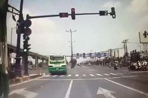 TP HCM: Xe buýt vượt đèn đỏ khiến xe ben suýt gây tai nạn kinh hoàng