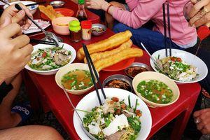 Người Sài Gòn từng ngồi suốt ở đây: Mì cá 70 năm, ăn xong phải đi ngay!