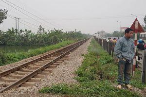 Cụ ông 80 tuổi chở vợ băng qua đường sắt bị tàu đâm, 2 người chết