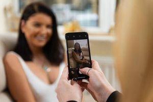Mẹ giúp con gái 22 tuổi chụp ảnh khỏa thân, kiếm 3,7 tỉ đồng/năm