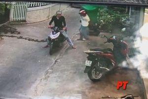 2 thanh niên lấy trộm thùng rác trước cửa nhà dân