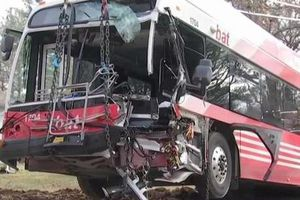 Xe buýt chở sinh viên gặp nạn, hơn 18 người thương vong