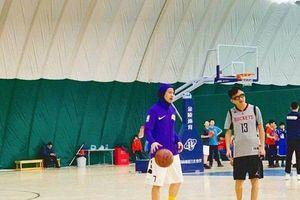 Hơn 1 năm rưỡi công khai yêu nhau, Quan Hiểu Đồng ngọt ngào khi chờ đợi bạn trai Lộc Hàm chơi bóng rổ cùng với Đặng Siêu