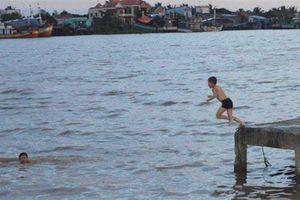 Bình Định: Rủ nhau ra mương tắm và bắt cá, 3 cháu bé bị đuối nước tử vong