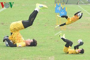 Bùi Tiến Dũng 'làm xiếc' với bóng trên sân tập U23 Việt Nam