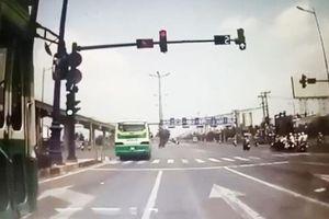 Xe buýt vượt đèn đỏ khiến xe bồn suýt gây tai nạn ở Sài Gòn