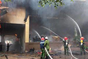 Cháy lớn ở tổ hợp khách sạn, bar tại TP Vinh