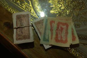 Nghệ An: Dọn nhà sàn, phát hiện hàng trăm tờ tiền cách đây nửa thế kỷ