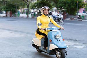 H'Hen Niê diện áo dài, tự lái xe máy đến đêm bế mạc Lễ hội Áo dài 2019