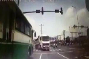 Xe buýt Quyết Thắng vượt đèn đỏ suýt gây tai nạn thảm khốc