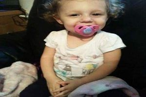 Phẫn nộ bà mẹ 'đầu độc' con gái 22 tháng tuổi tử vong