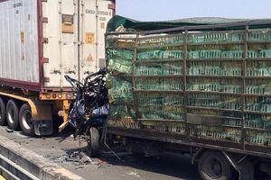 Xe tải chở gia cầm đâm vào container trên cao tốc, 3 người thương vong