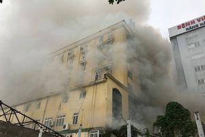 Tổ hợp quán bar, khách sạn ở tỉnh Nghệ An bốc cháy dữ dội khiến nhiều người bị mắc kẹt