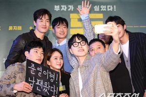 Hyun Bin lộ diện sau tin đồn hẹn hò, cùng Park Shin Hye tham dự công chiếu phim VIP của Ryu Jun Yeol