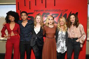 Hưởng ứng Avengers, 'Chilling Adventures of Sabrina' cũng bất thình lình tung trailer season 2 cực nóng bỏng và đen tối