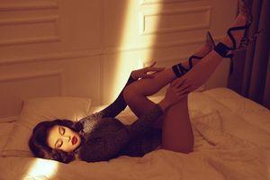 Diện body suit, Hoa hậu Julia Hồ khoe vòng ba quả lê nóng bỏng