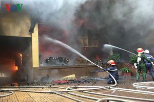 Tổ hợp khách sạn, quán bar, karaoke ở Vinh bị lửa thiêu rụi
