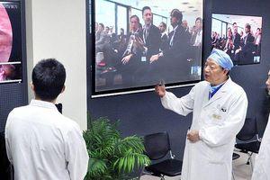 Bác sĩ phẫu thuật não từ xa cho bệnh nhân cách 3.000 km qua mạng 5G