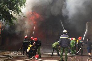 Nghệ An: Tổ hợp khách sạn, bar, karaoke bùng cháy, 1 người tử vong