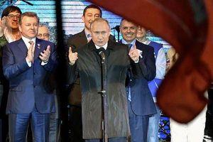 Chùm ảnh Tổng thống Putin đứng giữa vùng đất nhạy cảm thách thức phương Tây