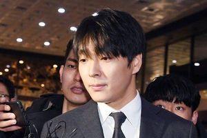 Choi Jong Hoon vẫn 'like dạo' sau khi bị điều tra