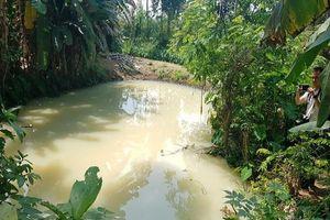 Nước thải bốc mùi thuốc trừ sâu từ KCN tuồn ra khu dân cư
