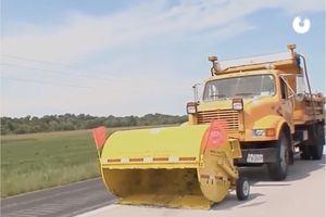Máy hút bụi gắn xe tải dọn văng mọi loại rác trên đường