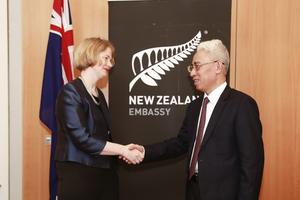 Lãnh đạo Bộ Ngoại giao Việt Nam ghi sổ tang tại Đại sứ quán New Zealand