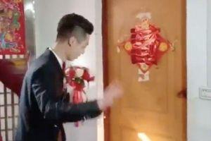 Chó quyết nằm lì trước cửa ngăn chú rể đón cô dâu trong ngày cưới