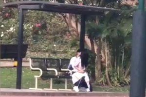 Phẫn nộ cặp sinh viên vô tư 'diễn cảnh nóng' ở sân bóng