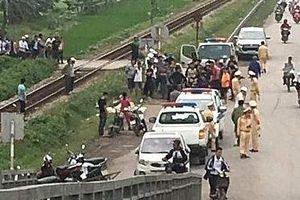 Tàu hỏa kéo lê xe máy hàng trăm mét, 2 phụ nữ tử vong